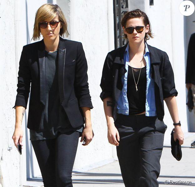Kristen Stewart et Alicia Cargile se promènent dans les rues de West Hollywood, le 28 mars 2015