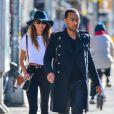 John Legend accompagne sa femme Chrissy Teigen à l'aéroport de New York, le 12 mars 2015.