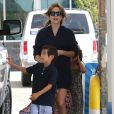 Jennifer Lopez, accompagnée de ses enfants Max et Emme dans une station service pour faire le plein d'essence. Los Angeles, le 4 avril 2015