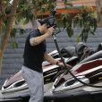 Casper Smart fait le plein d'essence pour passer le week-end avec Jennifer Lopez et ses enfants, à Los Angeles le 4 avril 2015