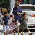 Jennifer Lopez, accompagnée de ses enfants Max et Emme, et son compagnon Casper Smart se sont arrêtés dans une station service pour faire le plein d'essence. Los Angeles, le 4 avril 2015
