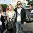 Avril Lavigne et son mari Deryck Whibley profitent d'une après midi sous le soleil de Los Angeles, le 18 février 2002