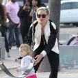 La chanteuse Pink, son mari Carey Hart et leur fille Willow s'amusent en famille a Venice Beach, le 9 Juin 2013.
