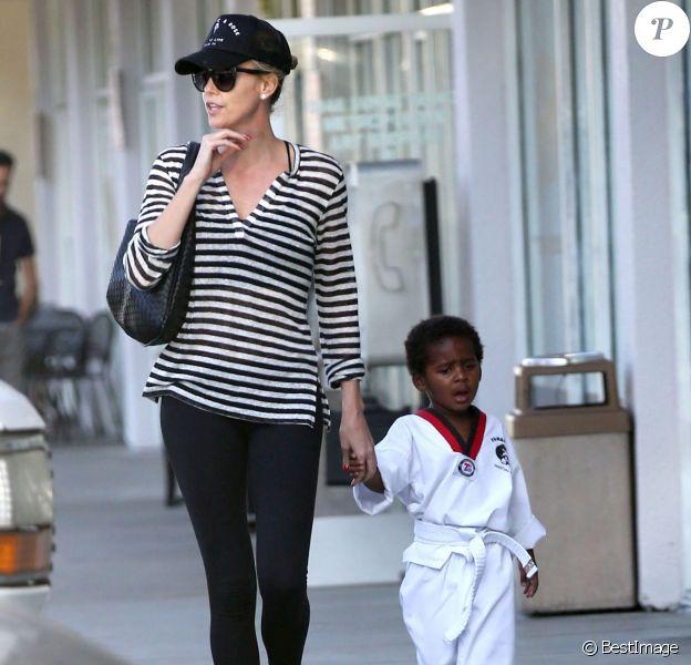 Exclusif - Charlize Theron emmène son fils Jackson à son cours de karaté à Los Angeles, le 15 avril 2015