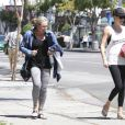 Charlize Theron à la sortie de son cours de yoga avec sa mère Gerda à West Hollywood, le 15 avril 2015