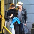 Exclusif - Ian Somerhalder et Nikki Reed sont allés déjeuner en amoureux à Brentwood. La rumeur dit que le couple se serait fiancé. Nikki semble cacher sa main sous un foulard alors que Ian lui porte son sac à main.. Le 6 janvier 2015