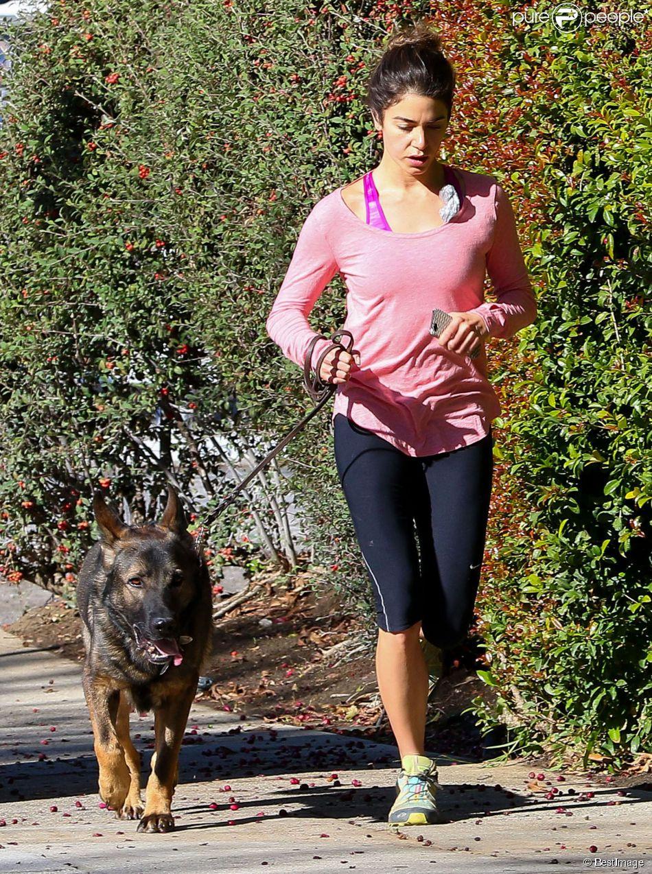 nikki reed est all e faire son jogging avec son chien le jour du r veillon los angeles le 31. Black Bedroom Furniture Sets. Home Design Ideas