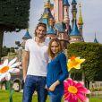 Camille Lacourt et Valérie Bègue à Disneyland Paris, à Marne-la-Vallée, le 12 avril 2015