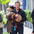 """Exclusif - Alec Baldwin sur le tournage de """"30 Rock"""" avec sa femme Hilaria, enceinte, a New York. Sa fille, Ireland, leur a rendu visite. Le 6 mai 2013"""