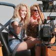 Les chanteuses Britney Spears et Iggy Azalea sur le tournage de leur nouveau clip à Studio City, le 9 avril 2015.