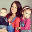 Jade Foret pose en salopette avec ses filles Liva (2 ans) et Mila (1 an). Avril 2015.
