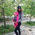 Jade Foret se promène avec sa petite dernière, Mila (1 an).