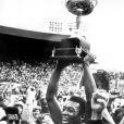 Pelé soulève le trophée du championt des Etats-Unis, le 29 août 1977 au stade de Portland, à Portland