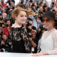 """Emma Stone, Parker Posey - Photocall du film """"L'Homme irrationnel"""" (""""Irrational Man"""") lors du 68e Festival international du film de Cannes le 15 mai 2015"""