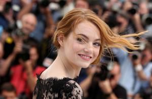 Emma Stone : Ravissante en dentelle malgré les coups de vent coquins