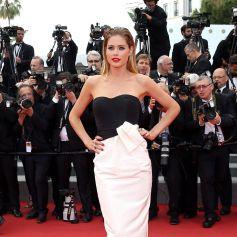 """Doutzen Kroes monte les marches du Palais des Festivals avant la projection du film """"Sicario"""". Cannes, le 19 mai 2015."""