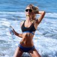 Kayla Lewis en pleine séance photo pour 138 Water sur une plage de Malibu, le 12 mai 2015.