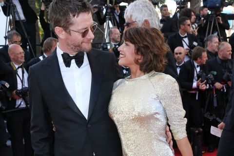 Emma de Caunes : Petite robe et jambes dorées, au bras de son amoureux à Cannes