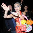 Miley Cyrus jette des dollars à son éfigie, le 13 mai 2015 dans les rues de New York
