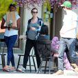 Exclusif - Leighton Meester, enceinte, est allée déjeuner avec son mari Adam Brody à Los Angeles, le 16 mai 2015.