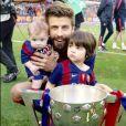 Gerard Piqué avec ses fils Sasha et Milan pour fêter le titre du Barça le 23 mai 2015 au Camp Nou.