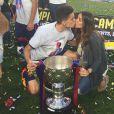 Marc Bartra et sa belle Melissa Jiménez fêtent le titre du Barça le 23 mai 2015 au Camp Nou.