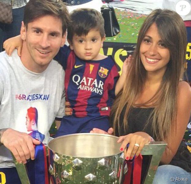 Lionel Messi avec Antonella et leur fils Thiago pour fêter le titre du Barça le 23 mai 2015 au Camp Nou.