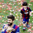 Gerard Piqué avec ses enfants Milan et Sasha fêtent le titre du Barça le 23 mai 2015 au Camp Nou.