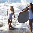 Dani Mathers pose pour la marque d'eau minérale 138 Water sur une plage de Los Angeles en 2013.