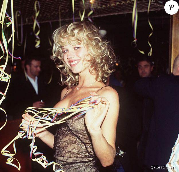 Eva Herzigova fête ses 23 ans au Queen à Paris le 4 juillet 1995.
