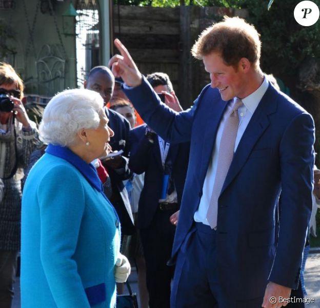 Le prince Harry avec la reine Elizabeth II lors du Chelsea Flower Show à Londres le 18 mai 2015.