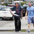 Exclusif - Johnny Hallyday passe à la boulangerie prendre une baguette de pain et des gâteaux après sa séance de sport avec son coach au Gold's gym à Venice, le 6 mai 2015.06/05/2015 - Venice