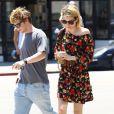 Emma Roberts et son fiancé Evan Peters sont allés déjeuner à West Hollywood, le 29 avril 2014