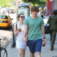 Emma Roberts, tres joyeuse, et son petit ami Evan Peters se promenent a New York, le 21 mai 2013.
