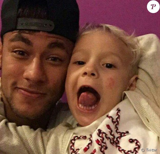 Neymar et son fils Davi Lucca au Brésil - juin 2015.