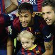 Neymar avec son fils Davi Lucca avant le match opposant le FC Barcelone au Celta Vigo à Barcelone en Espagne le 1er novembre 2014.