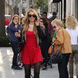 Paris Hilton, accompagnée de son chien, finit son shopping de Noël à Beverly Hills, le 26 décembre 2014.