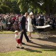 Le prince William, Catherine, duchesse de Cambridge, leur fils le prince George de Cambridge et leur fille la princesse Charlotte de Cambridge lors du baptême de la princesse Charlotte en l'église Saint Mary Magdalene de Sandringham, le 5 juillet 2015