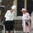 Kate Middleton, la duchesse de Cambridge et sa fille la princesse Charlotte de Cambridge, la reine Elisabeth II lors du baptême de la princesse Charlotte en l'église Saint Mary Magdalene de Sandringham, le 5 juillet 2015
