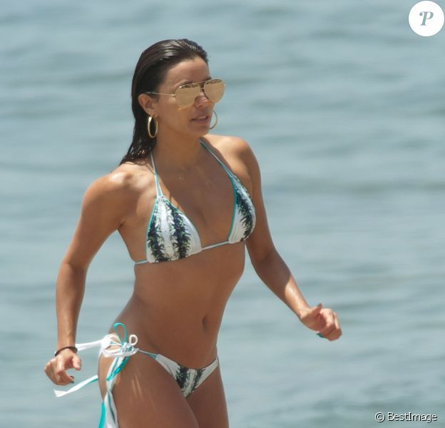 La bombe Eva Longoria profite de la plage avec ses soeurs, Esmeralda Josephina et Emily Jeannette, lors de ses vacances à Marbella, le 5 juillet 2015