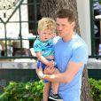 Info - Michael Bublé, son fils de 2 ans admis d'urgence à l'hôpital après s'être ébouillanté - Michael Bublé va déjeuner au restaurant avec son fils Noah et un ami à Miami, le 16 avril 2015