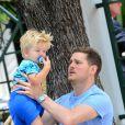 Info - Michael Bublé, son fils de 2 ans admis d'urgence à l'hôpital après s'être ébouillanté - Michael Bublé va déjeuner au restaurant avec son fils Noah et un ami à Miami, le 16 avril 2015.