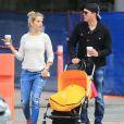 Michael Buble , sa femme Luisana Lopilato et leur fils Noah (poussette Bugaboo) font du shopping à Vancouver Le 18 octobre 2014