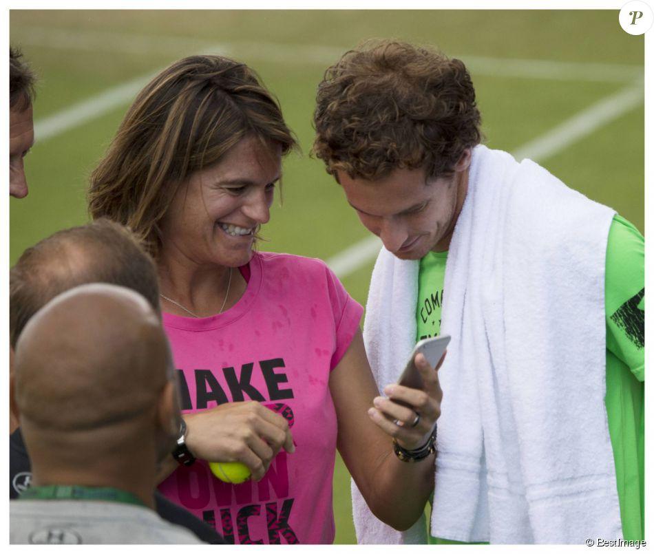 Andy Murray et sa coach Amélie Mauresmo, complices lors d'un entraînement au All England Lawn Tennis and Croquet Club de Wimbledon, à Londres le 7 juillet 2015