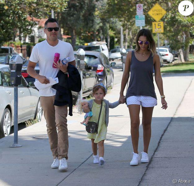 Jessica Alba et Cash Warren accompagnés de leur fille Haven vont soutenir l'aînée Honor qui joue dans sa première pièce à Beverly Hills, Los Angeles, le 11 juillet 2015