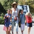 """Jessica Alba et son mari Cash Warren font du shopping avec leurs enfants Honor et Haven à Malibu et des amis à Malibu. Cash Warren fait du """"Hovertrax"""". Le 4 juillet 2015"""