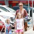Semi-Exclusif - Alex Gerrard et ses filles Lourdes, Lilly-Ella et Lexie se promènent près de la plage à Santa Monica, le 19 juillet 2015. Son mari Steven Gerrard, qui prépare la saison avec son club des Los Angeles Galaxy, est le grand absent de cette promenade en famille.