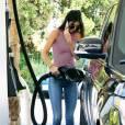 Kendall Jenner fait le plein de son Range Rover à une station essence de Calabasas. Le 23 juillet 2015.