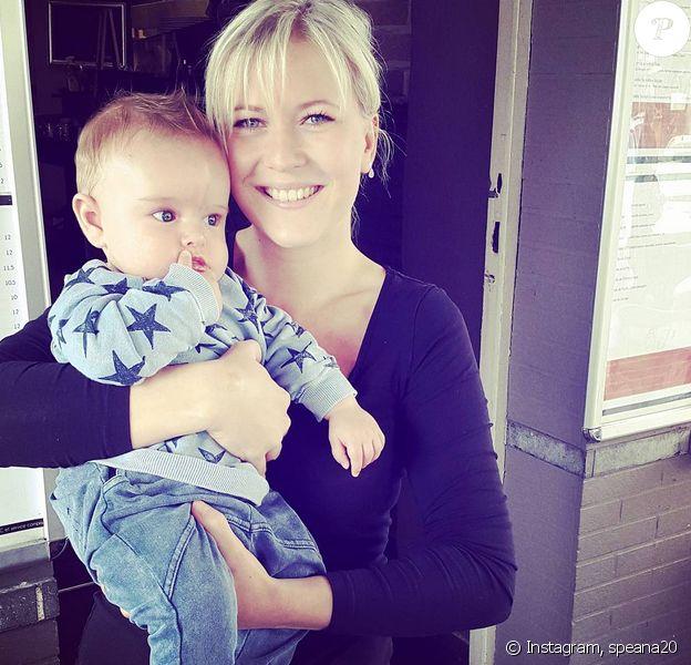 La soeur de Stéphanie Clerbois prend la pose avec son neveu Lyam (5 mois). Juillet 2015.