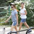 Jennifer Garner, qui porte toujours son alliance, sort de chez Starbucks et emmène ses enfants Violet et Samuel s'amuser dans un parc à Atlanta, le 26 juillet 2015